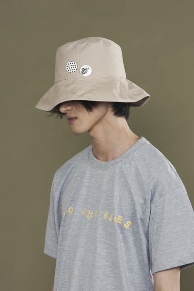 BUCKET HAT W/ BADGES (BEIGE)